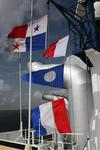 Fahnen im Panamakanal, der Wimpel zeigt die Position im Konvoi an, hier zweite Stelle