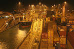 Panamakanal, Panama Canal  Locks, Containerschiff nachts in den Gatun Locks bei Colon (Christobal)
