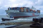 Containerschiff OOCL GERMANY wird in Bremerhaven vom Schlepper an den Kai gezogen