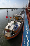 Bunkerbarge (Bunkerschiff, Tankschiff, Bunkertanker) am Massengutfrachter in Bremen