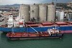 Bunkerbarge (Bunkerschiff, Tankschiff, Bunkertanker) am Massengutfrachter in Barcelona