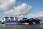 Auflieger (auf Ladung wartende Schiffe) an den Dalben in der Elbe bei Hamburg