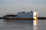 Carcarrier (MULTIPURPOSE) GRANDE CONGO (GRIMALDI LINES) mit Containern auf der Elbe