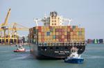 Schlepper am Heck zieht das Containerschiff MSC MELISSA zum Kai in Barcelona