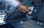 Hand am Maschinentelegraph (Maschinentelegraf, Fahrstufenregler)