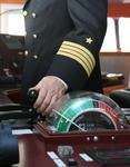 Kapitän am Maschinentelegraph (Maschinentelegraf, Fahrstufenregler)