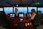 Kapitän auf der Schiffsbrücke und erster Offizier mit Fernglas bei Tageslicht