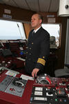 Kapitän auf der Schiffsbrücke (Kommandobrücke) am Maschinentelegraf