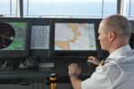 Offizier trägt die Fahrtroute in die elektronische Seekarte ein