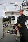 Kapitän am Fahrstand auf der Brückennock
