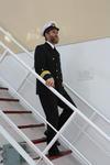 Kapitän auf der Außentreppe vom Deckshaus
