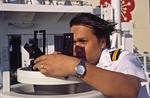 Offizier am Peildiopter (Kompass-Diopter) auf der Brückennock