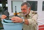 Kapitän am Peildiopter (Kompass-Diopter) auf der Brückennock