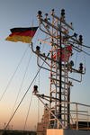 Deutschlandfahne am Signalmast auf dem Peildeck (Monkey Island)