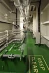 Passageway (Kellergang) vom Deckshaus zum Maschinenraum mit Lotseneingang beim Großcontainerschiff