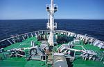 Ankerwinschen, Festmacherwinschen und Vormast mit Signallampen auf der Back am Schiffsbug von oben