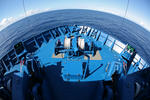 Festmacherwinschen auf der Back am Schiffsbug von oben, Foto mit Fisheye-Objektiv (symbolische Erdrundung)