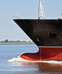 Bug eines Containerschiffs mit Wulstbug (Bulb, Schiffsnase) und mit Bugschwell (Bugwelle)