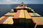 Blick vom Vormast über die Container zum Deckshaus