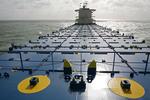 leeres Containerschiff mit den Lukendeckeln und Halterungen  (Cones) für die Container an Deck