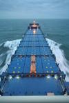 leeres Containerschiff mit den Lukendeckeln und Halterungen  (Cones) für die Container während der Probefahrt