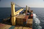 Vorschiff mit bordeigenem Ladegeschirr (Kran) des Containerschiffs