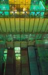 sieben Container- Etagen in den Luken und sieben Container-Etagen an Deck des Containerschiffs