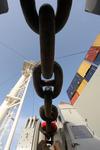 Ankerkette zur Ankerwinsch auf der Back des Containerschiffs