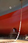 Arbeiten am Bugstrahler (Bugstrahlruder, Querstrahler) und Bugstrahlersymbol an der Bordwand