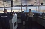 Lotse und Kapitän auf der Kommandobrücke im Suezkanal (Sueskanal) auf einem Großcontainerschiff