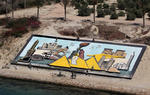 Suezkanal, Sueskanal (Suez Canal), 40 m lange Ägyptentafel bei Ismailia wird von Soldaten gereinigt und bemalt