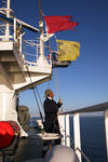 Signalflaggen (gelb für Quarantäne, rot für Gefahrgüter) werden eingeholt, Suezkanal, Sueskanal (Suez Canal)