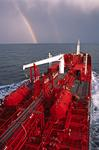 Vorschiff des Tankers (Chemikalientanker, Produkttanker) im Mittelmeer mit Regenbogen