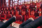 Tankanschlüsse und Rohre auf dem Vorschiff des Tankers (Chemikalientanker, Produkttanker)