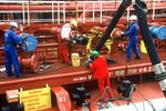 Rohre werden zum Entladen des Tankers (Öltanker, Chemikalientanker) mit der Löschbrücke verbunden