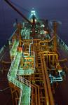 Vorschiff eines Gastankers (LPG-Tanker, LPG Carrier) mit Rohrleitungen und Laufsteg abends