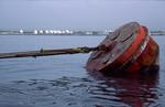 Anlegeboje für Tanker und die etwa eine Seemeile entfernten Tanks an Land vom Port of Iskenderun, Türkei