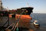 Tanker macht an der Löschinsel in Wilhelmshaven fest