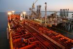 Tanker an der Löschbrücke im Ölhafen Wilhelmshaven  abends
