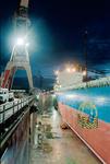 Werftarbeiter wird bei Blohm + Voss Repair im Personenkorb an Bord gehievt