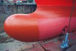 Schiffsnase (Bugwulst, Bulb) mit Anker und Werftarbeiter