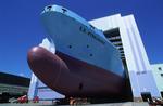 Das Schiff verlässt die Halle auf einem Gleissystem beim Roll-out auf der Volkswerft Stralsund