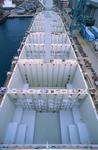 Vorschiff mit den Luken für die Container und den Motorrädern der Werftarbeiter am Kai der Hyundai Heavy Industry Shipyard