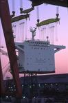 Deckshaus wird am Abend von den Kränen zum Containerschiff transportiert auf der Hyundai Heavy Industry Shipyard Ulsan