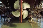 Die Gleitbahnen bei Schiffsschraube und Ruder werden vor dem Stapellauf auf der Werft Fujian Mawei Shipyard gesäubert